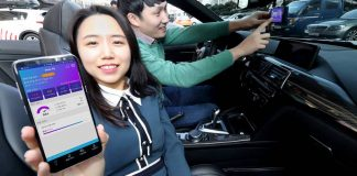 KT 홍보모델이 '딥플라이'를 알리고 있는 모습(KT 제공)© 갓잇코리아