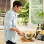 인공지능 스피커를 활용하면 음성으로 요리의 조리법을 물어보고 요리방법을 화면으로 확인(LG전자 제공) ⓒ 갓잇코리아