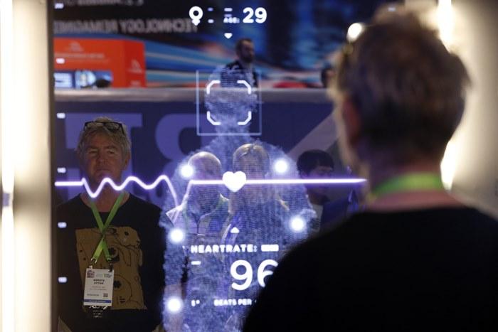 2019 국제전자제품박람회(CES)'를 찾은 관람객들이 파나소닉 부스에서 피지컬 미러 체험 ⓒ 갓잇코리아