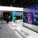 LG전자 사전부스 공개 행사를 찾은 관람객들이 88인치 8K OLED TV를 살펴보고 있다 ⓒ 갓잇코리아