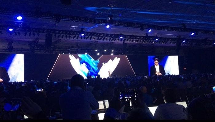 샌프란시스코에서 열린 SDC2018에서 '인피니티 플렉스 디스플레이'를 탑재한 폴더블 스마트폰을 깜짝 공개하는 모습 ⓒ 갓잇코리아