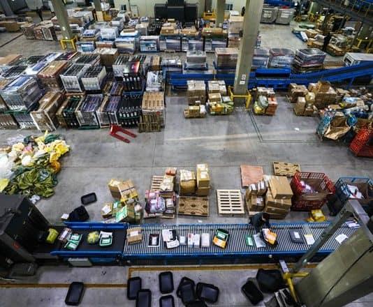 인천세관 배송물류센터에 쌓인 해외직구물품들