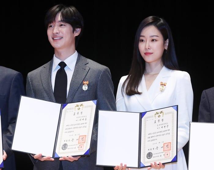 배우 이제훈과 서현진이 4일 오전 서울 강남구 코엑스에서 열린 제53회 납세자의 날에서 모범 납세자 우수 표창장을 수상했다