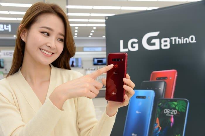 7일 LG 베스트샵 서울양평점에서 모델이 LG G8 씽큐(ThinQ)를 소개하고 있다. ⓒ 갓잇코리아
