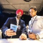 뉴델리에서 열린 삼성전자 '갤럭시 S10'' 출시 행사에서 관람객들이 제품을 살펴보고 있다. © 갓잇코리아