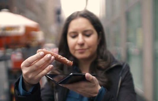 월스트리트저널(WSJ)의 테크 칼럼니스트 조안나 스턴이 지난 19일 게재한 동영상에서 갤럭시 폴드에 소시지를 끼워 넣는 퍼포먼스를 하고 있다.(출처 : 유튜브 갈무리)© 갓잇코리아
