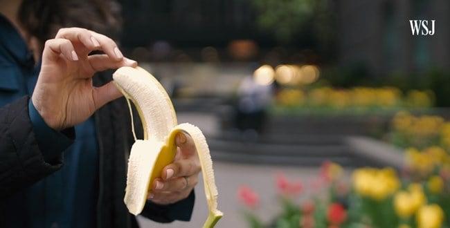 """갤럭시 폴드의 화면보호막 문제를 언급하며 """"정 벗기고 싶으면 바나나를 벗기라""""며 조롱했다 ⓒ 갓잇코리아"""