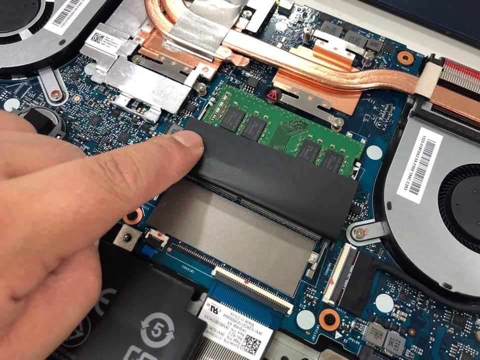 ▲최대 32GB까지 업그레이드 가능한 2개의 메모리 슬롯