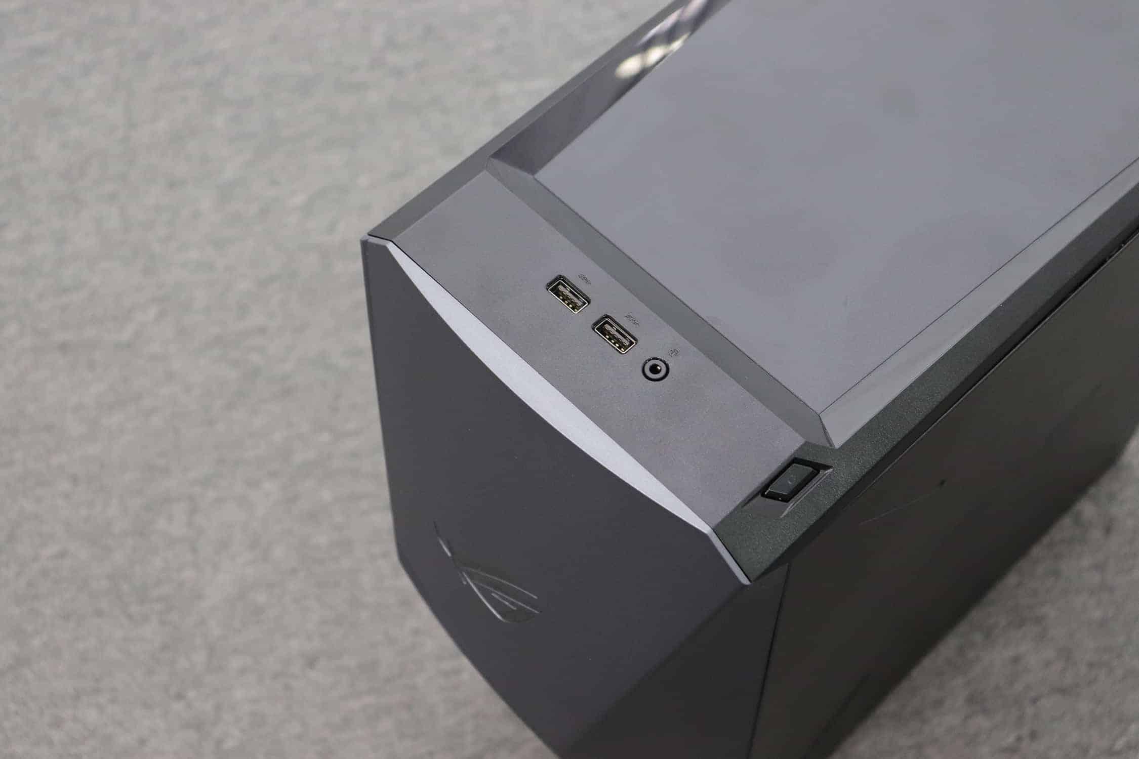 ▲ USB 포트 2개와 헤드셋 단자 그리고 측면의 전원 버튼 ⓒ 갓잇코리아