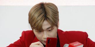 아이돌 가수 강다니엘이 KT의 갤럭시노트10 레드를 홍보하는 이미지(KT 제공)© 갓잇코리아