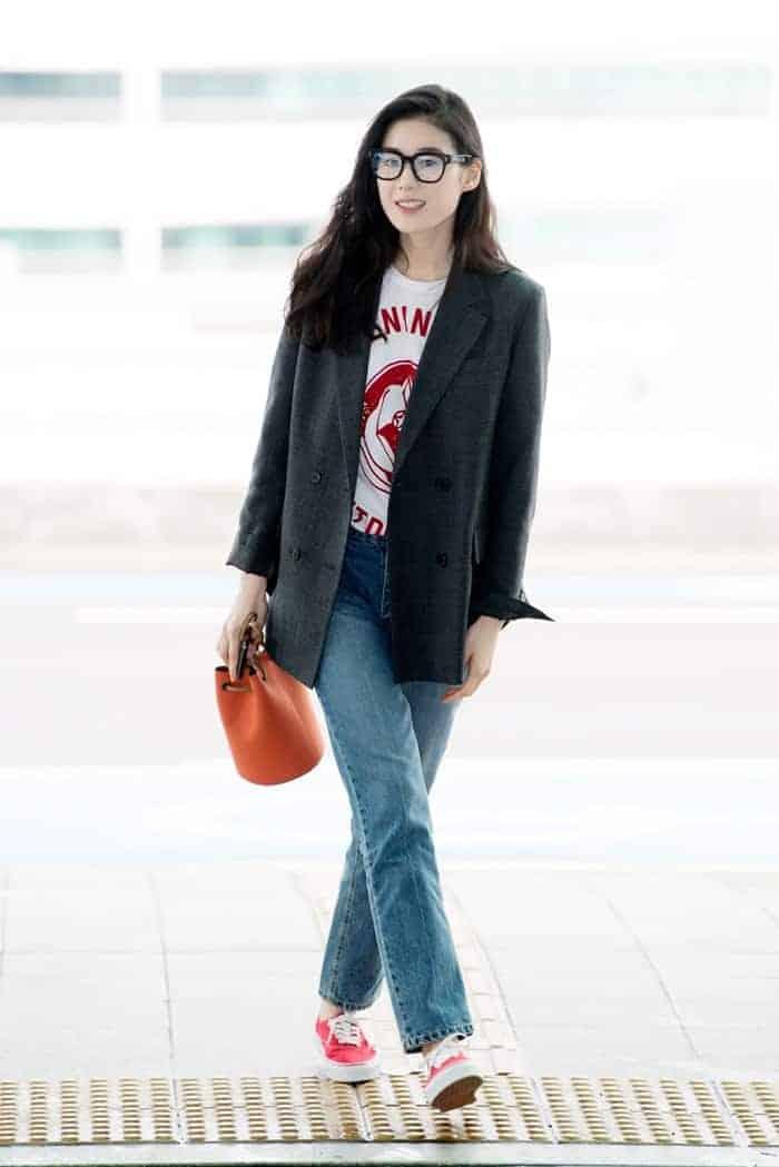 린팅 티셔츠와 데님 팬츠를 매치한 공항패션 ⓒ 갓잇코리아