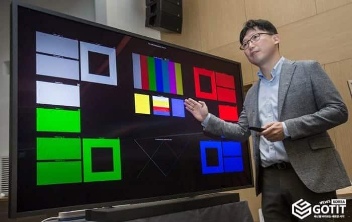 LG전자 8K TV와 비교 설명하는 용석우 삼성전자 영상디스플레이사업부 상무