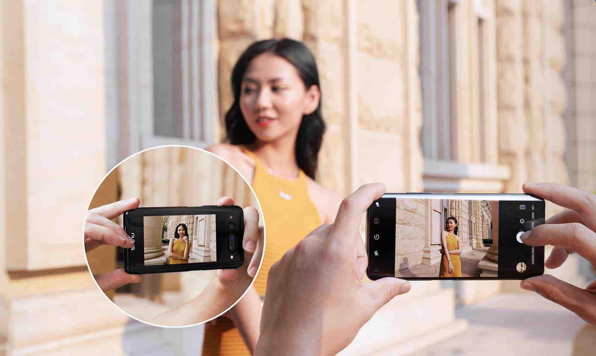 전면 카메라가 장착되지 않은 Z20. 다만, 뒷면 디스플레이로 앞면과 같이 활용이 가능하다