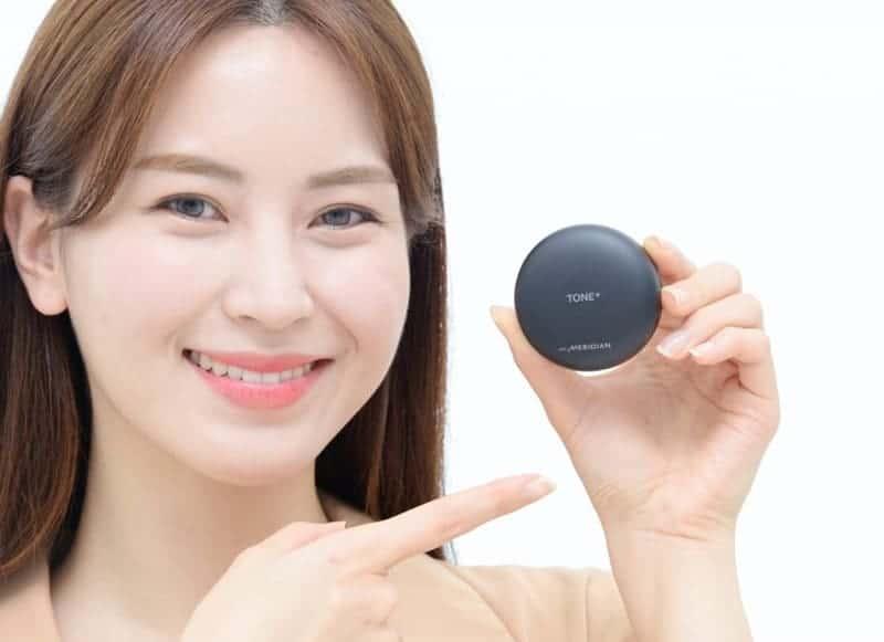 LG전자 모델이 LG전자의 첫 번째 프리미엄 무선 이어폰 'LG 톤플러스 프리'를 소개했다(LG전자 제공) © 갓잇코리아