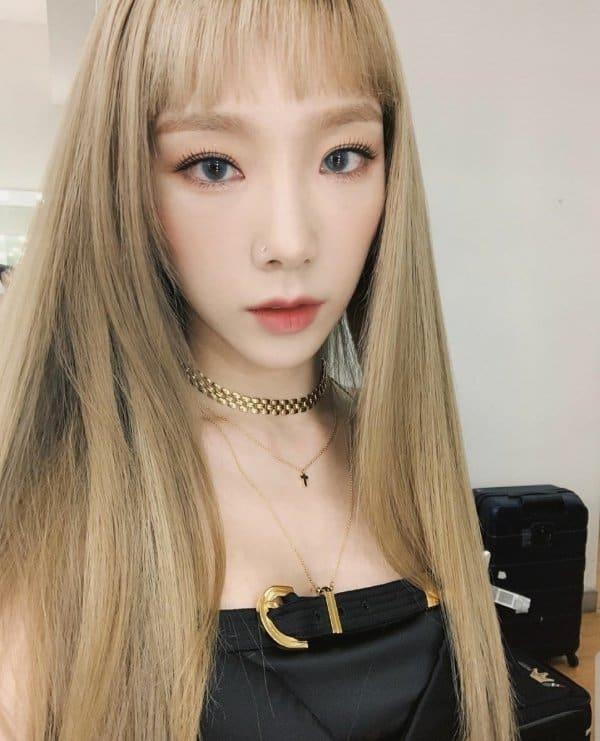 베이지 컬러 머리와 블랙의 조합! / 태연 인스타그램 출처