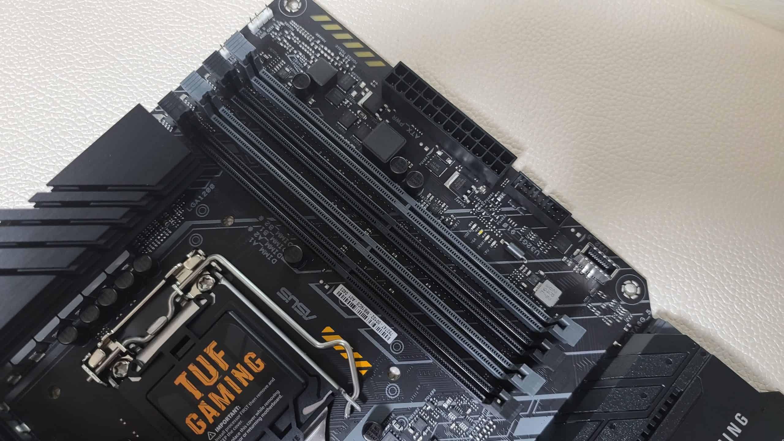메모리 슬롯은 4개로 총 128GB까지 확장이 가능하다. 오버클럭은 최대 DDR4 5,133MHz까지 지원한다