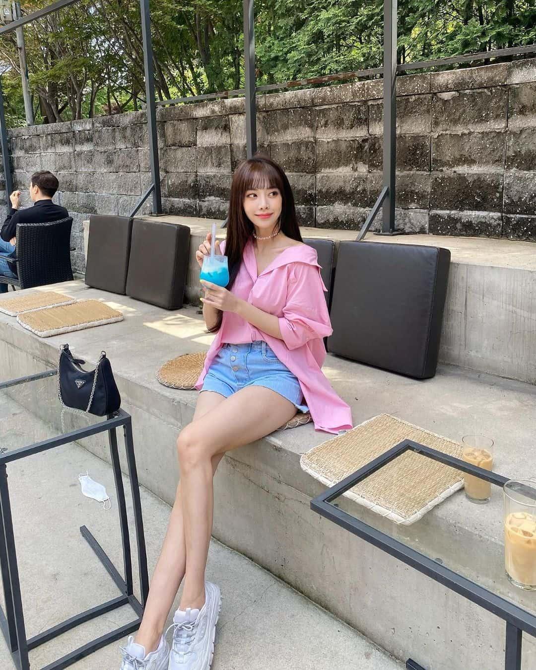 다리라인을 부각시키는 패션을 즐겨 입는 은지 - 은지 인스타그램 출처