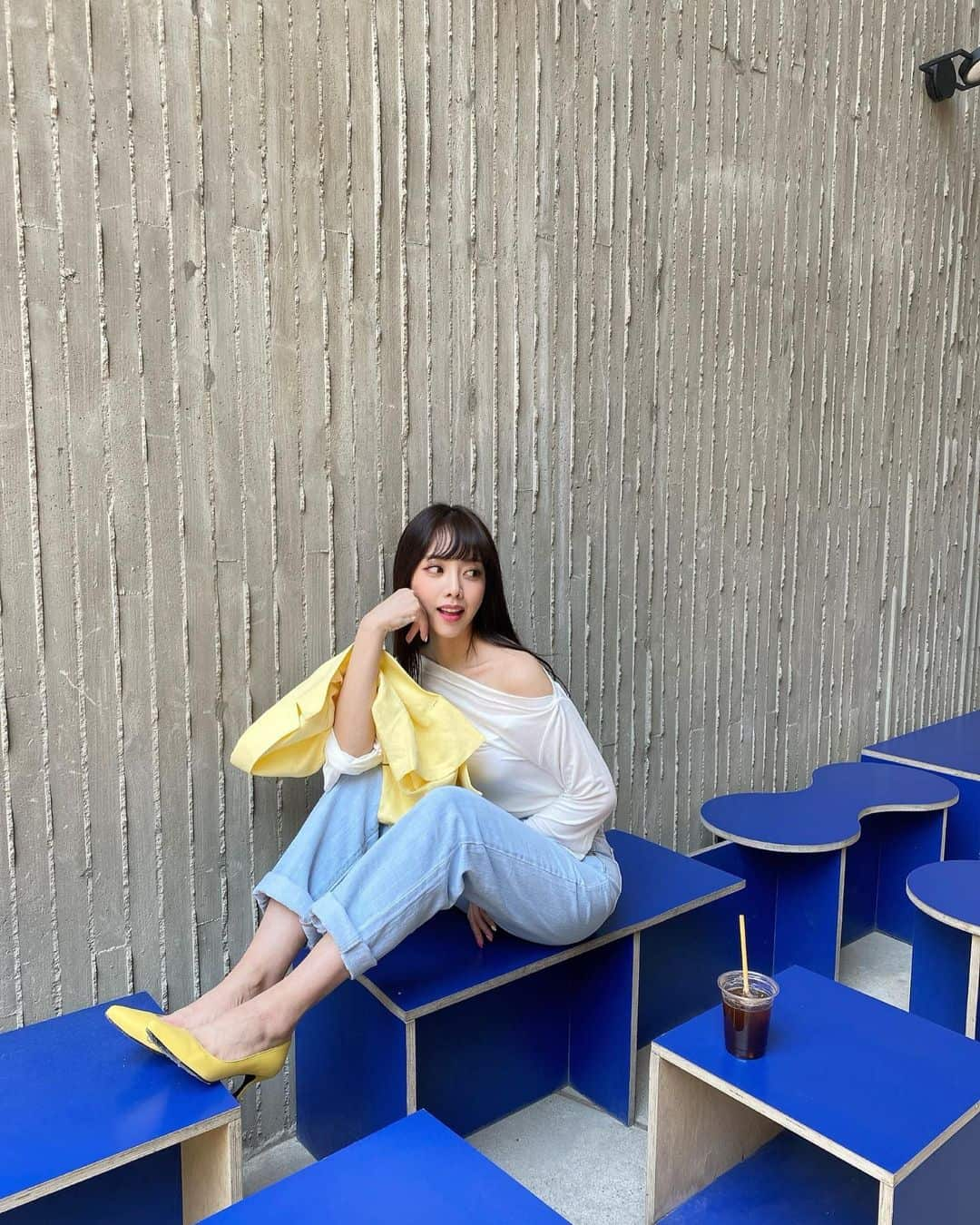 오프숄더 등으로 로맨틱한 무드를 완성한 은지 - 은지 인스타그램 출처