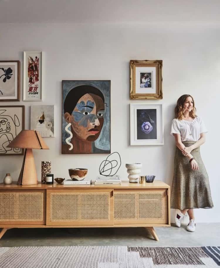 벽에 포스터를 붙이는 것은 가장 빠르고 간편하게 방의 분위기를 바꿀 수 있다