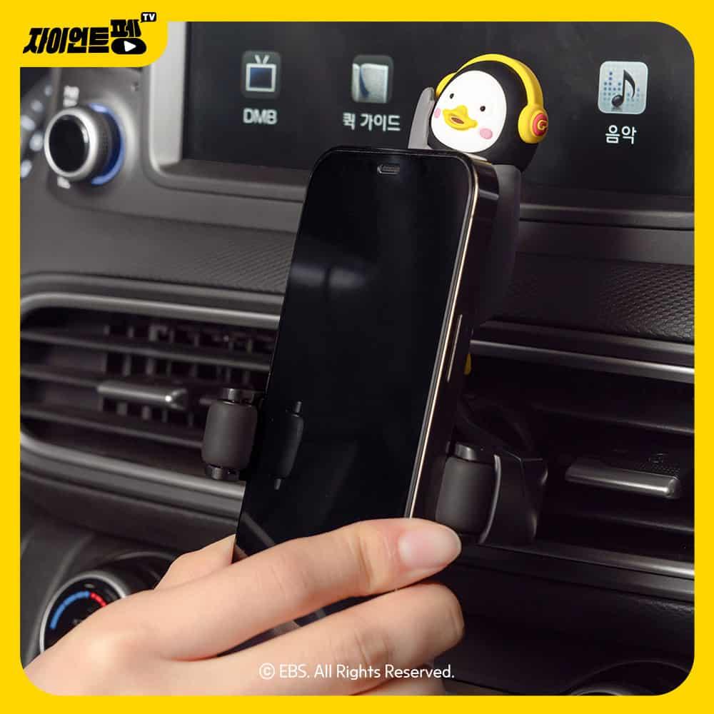 펭수 차량용 거치대는 휴대폰 크기 상관없이 충전할 수 있다는 장점이 있다 - 더블유아이 제공