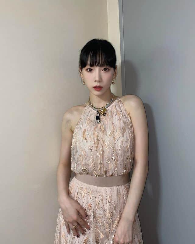가녀린 어깨가 강조되면서 러블리한 코디 완성! 태연 패션 / 태연 인스타그램 출처