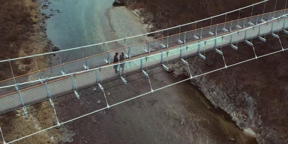 해외라고 생각할 수 있지만 현과 손예진이 스위스에서 만난 장면을 회상하던 다리는 <포천 한탄강 다리>