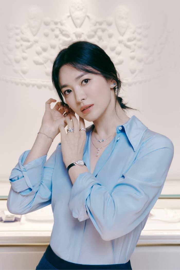 송혜교 자연스럽게 머리 묶은 블루 셔츠로 청순미 폭발!