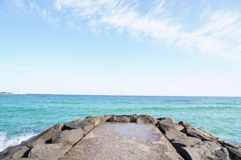 현지의 바다는 그래픽으로 꾸며낸 것 같이 아름답다