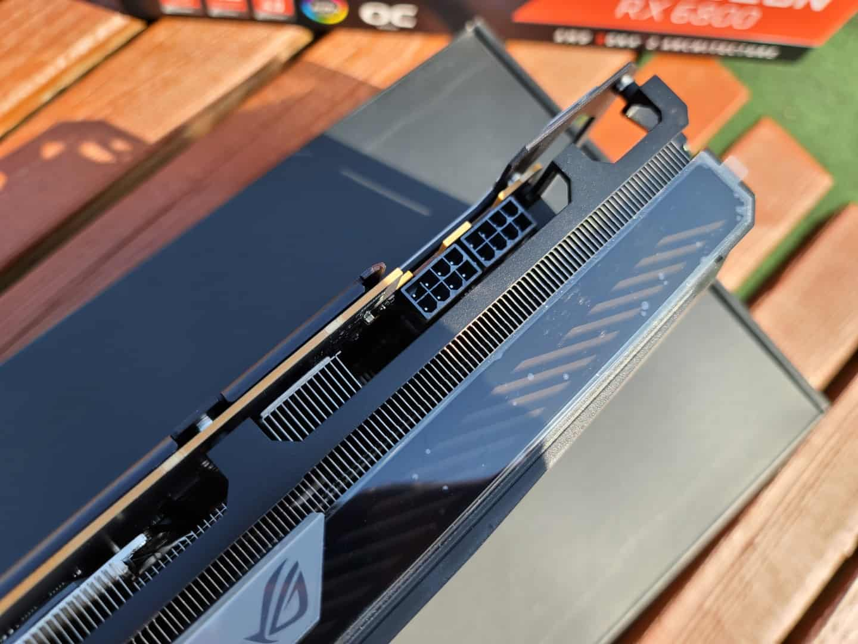 ROG Strix RX 6800은 정격 TDP가 250W이고 2개의 8 핀 PCIe 전원 커넥터가 필요하다