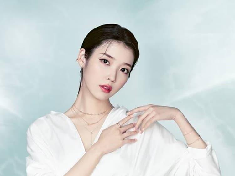 아이유 20대 마지막해 우아+시크 고혹적 화보 공개