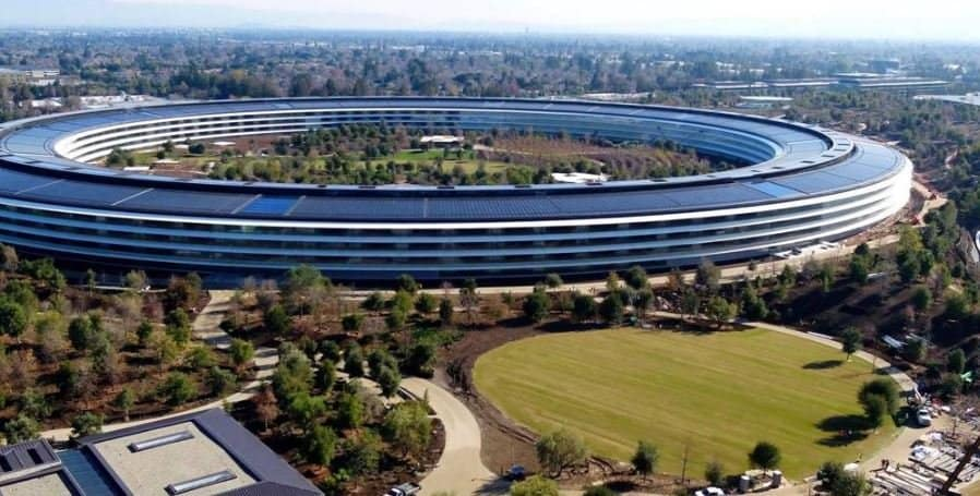 애플의 전 CEO 스티브 잡스에 의하여 착안되었고 Lord Norman Foster가 디자인한 <애플파크>