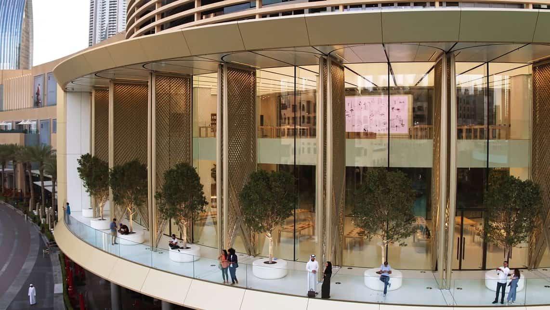 """두바이의 기후를 완화하기 위해 변화하는 환경 조건에 대응하는 18개의 37.5 피트 높이 전동 """"태양날개""""가 설치되었다"""