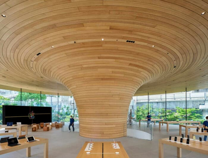 매장 가운데 위치한 나무 같은 기둥은 천장까지 이어져 지붕을 덮는 우산 형태로 완성됐다