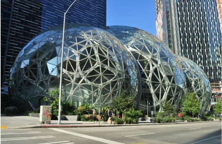 유리 온실 정원 느낌으로 시애틀의 랜드마크가 될 수 있을 정도로 눈에 띄는 모습