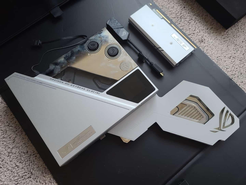 ROG X EK® Ultrablock은 EK사가 ASUS와 함께 설계한 메인보드 워터블록으로 완성도가 월등히 높다