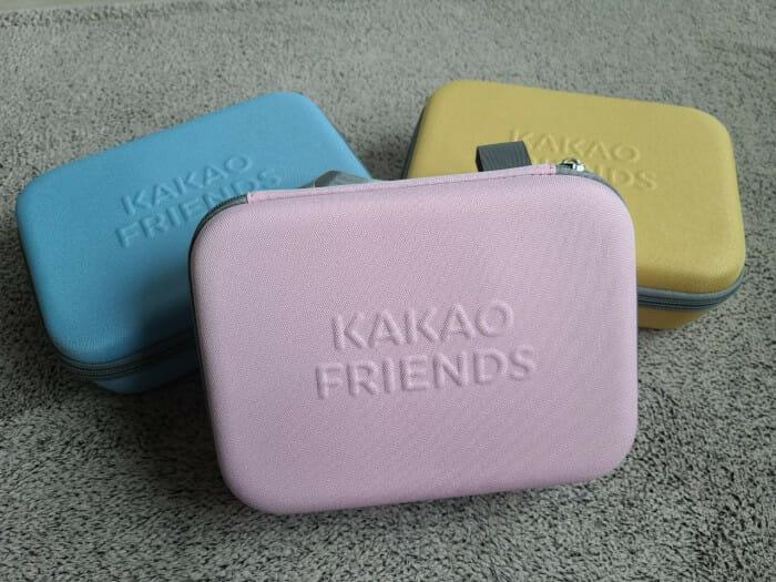 세가지 제품 모두 색상이 다른 마사지건! 어피치는 핑크 / 라이언은 블루 / 춘식이는 옐로우로 구성되었다