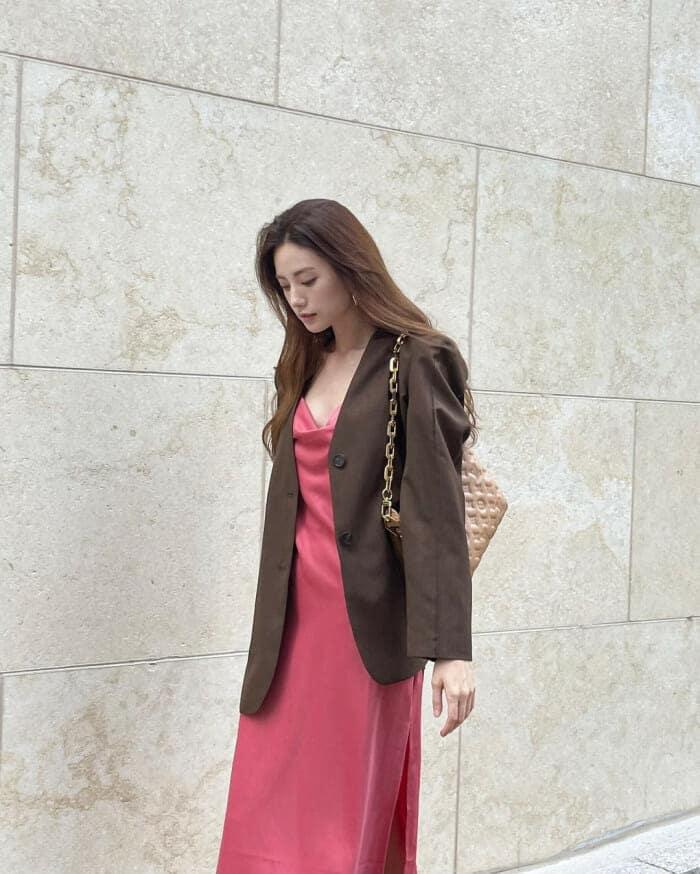 나나 핑크 슬립 드레스에 재킷 조합!